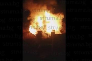 """Огнен ужас на ул. """"Полк.Дрангов"""" в Благоевград! 5-м. пламъци обгърнаха кооперация, спешно евакуираха живеещите в блока /видео/"""