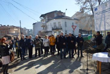 Кметът Владимир Москов направи първа копка по проект за обновяванена западната част на Гоце Делчев