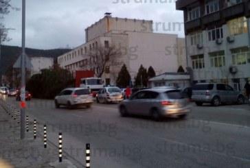 Движението в центъра на Благоевград ЗАТРУДНЕНО! Голям камион доставя елхата, има задръстване