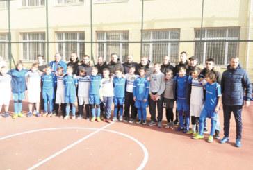 "Надежди на ""Левски"" играха футбол срещу тим на благоевградското IV ОУ, татковците победиха треньорите"