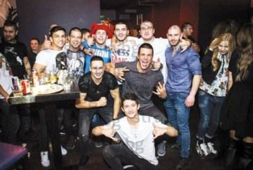 """Благоевградският клуб по смесени бойни изкуства """"Ипон"""" празнува два пъти с две торти  9-ия си рожден ден"""