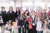 Родители, деца и колеги изненадаха учителката в Бараково К. Михалкова с емоционално тържество за пенсионирането й