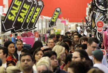 ТРЕСКА ЗА ПАЗАРУВАНЕ! Тълпи от хора пред магазините в САЩ заради черния петък
