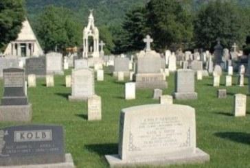 Ще настръхнете! На гроба на трагично починало момиче някой оставя тайнствен подарък