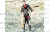 Дупничанин улови 8-кг шаран в Кипър, скъсала се въдицата и скочил във водата с дрехите да се бори с рибата