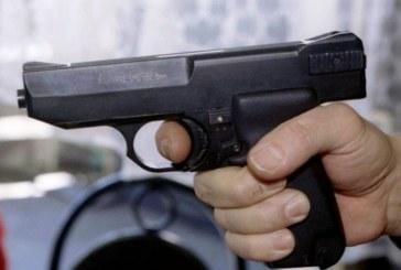 Бивш миньор стреля с пистолет по съсед фермер, свидетели бягат панически с багер