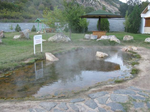 СКАНДАЛ КРАЙ ХРАМА НА ВАНГА! Бизнесменът Младен Асенов стопанисвал трите минерални басейна на Рупите без разрешително