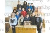 Шестокласници с награда торта за най-добре украсена класна стая