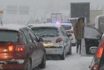 СНЕЖНИЯТ АД В ГЪРЦИЯ ПРОДЪЛЖАВА! Транспортна блокада, затворени са пътища и пристанища
