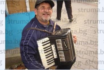 Уличният музикант от Петрич Стефан: Гърците са най-големите циции, оставят по 50 цента, които после изхвърлям, защото никой не иска да ги обменя