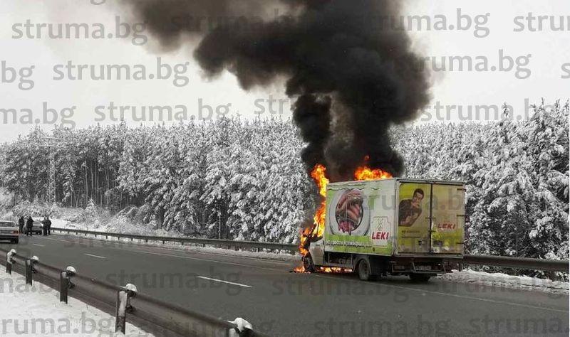 От последните минути! Камион се самозапали на АМ