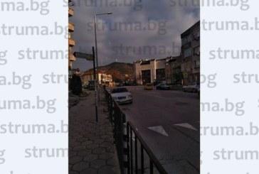 Безчинствата на пътя в Благоевград не свършват! Джигит с мерцедес заряза колата на възлова пешеходна пътека и седна да обядва