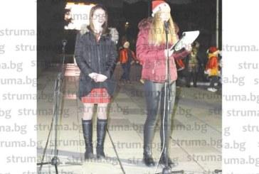 Абитуриентка от НПГ запали коледните светлини в Гоце Делчев