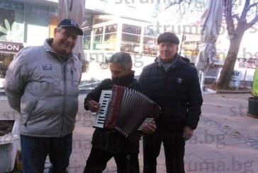 """Музикантът Сашо Гогов от група """"Мачките"""" вдигна настроението на благоевградчани"""