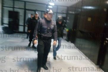 Адвокатите закъсняват! Тримата арестувани наркотрафиканти на ГКПП – Кулата чакат мярката си в съда в Благоевград