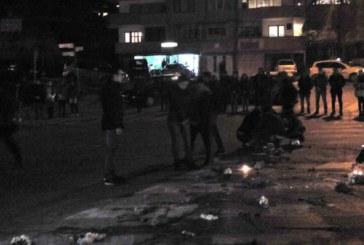 ЖИВА ВЕРИГА В ПАМЕТ НА ФАТИМЕ! Студенти блокираха кръстовището, паднаха на колене, запалиха свещи