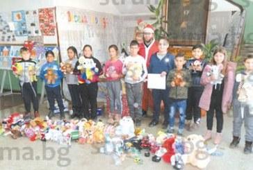 Деца от Разлог по нестандартен начин пожелаха весели празници на близките си, събраха над 100 играчки за подаръци