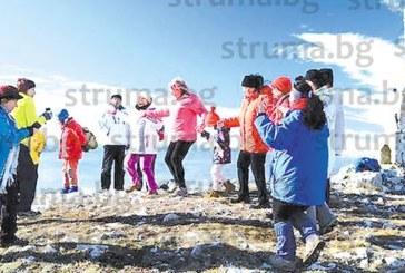 Кюстендилски туристи играха хоро на най-високия връх в Конявската планина
