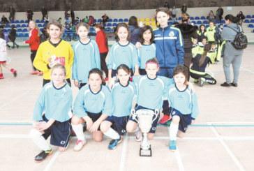 """Детската формация на """"Спортика"""" със сребърната купа, четвъртият в света от САЩ-94 Б. Генчев награди вратарката Г. Манова"""