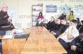 Възпитаникът на първия випуск на Търговската гимназия в Благоевград Б. Сандански пред сегашните ученици:  Навремето учехме малко неща, затова запомняхме всичко, забавлението ни беше да излезем на разходка по стъргалото