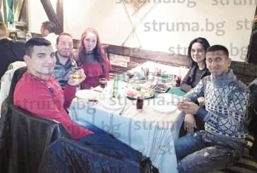Рожденик, ЮЗУ студент, грабна микрофона и изпя 3 македонски песни за гостите си