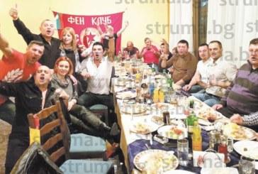 Над 60 фенове на ЦСКА си спретнаха здрав коледен купон в Сандански, дрескодът – всички в червено