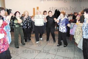 Над 100 пенсионери с младежки дух от Дупница се веселиха на коледен купон