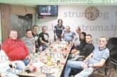Готвач, гастарбайтер в Кипър, посрещна 26-ия си рожден ден с приятели в Благоевград, специалитетите на трапезата сготви зет му