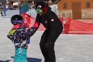 Момиченце с ампутирани крака се учи да кара сноуборд