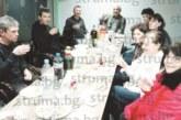 Съседите на фармацевта Т. Билева и д-р А. Билев се събраха на предколедно квартално парти