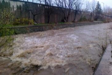 Река Джерман отнесе подпорна стена, евакуираха семейство