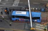 Строителен кран падна върху автобус от градския транспорт