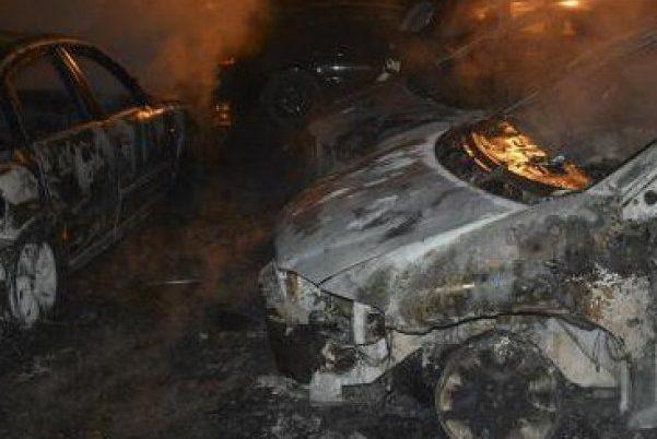 ОГНЕН АД! 6 коли изгоряха като факли на паркинг