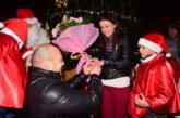 Годеж под светлините на коледната елха в Петрич! Общински охранител предложи брак на любимата си Десислава