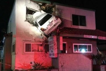 Автомобил се вряза във втория етаж на сграда