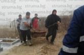 Зловоние покри гробищата в Благоевград! Роднини изровиха полуизгнилия ковчег на кандидат-съветник