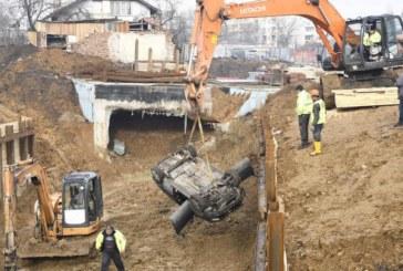 """Зрелищна каскада! Кола падна в 10-метров изкоп за метрото в """"Овча купел"""""""