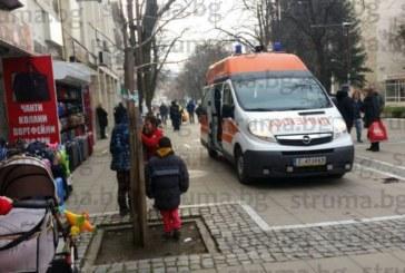Спешните медици на крак! Млада жена колабира в центъра на Благоевград