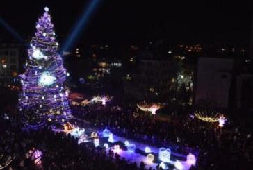 Стотици благоевградчани посрещнаха Нова година на площада, пожелаха си здраве и мир