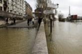 Река Сена преля в Париж