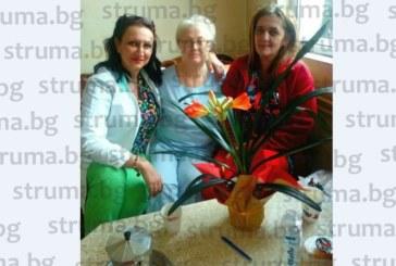 Старшата сестра на ортопедия в МБАЛ – Благовеград изненадана с красиво цвете навръх именния си ден