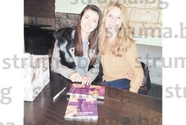 Млада писателка, снаха в Долно Осеново, долетя от Англия, за да представи пред жителите на селото новата си книга