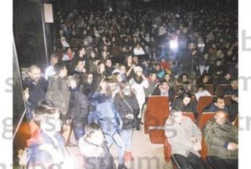 УЧЕНИЧЕСКО ШОУ С НЕВИЖДАН ИНТЕРЕС! 700 ентусиасти с шапки и ръкавици изгледаха 14 кандидати за слава при кучешки студ в Културния дом на Гоце Делчев