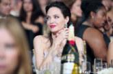 Анджелина Джоли блести в ретро шик