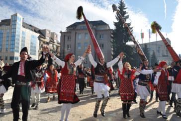 Над 200 кукери се включиха в карнавала в Разлог, Христо Стоичков, Цв. Цветанов, Г. Костов се веселиха на площада