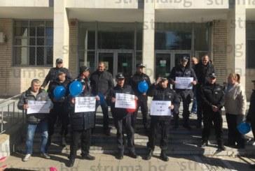 Над 50 съдебни охранители протестираха за по-високи заплати пред храма на Темида в Благоевград /видео/