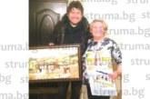 Общинският съветник Калоян Ханджийски нарисува картина за 70-ия рожден ден на майка си