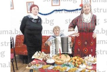 Учителки пенсионерки от Сандански се събраха на питка с късмети следновогодишно