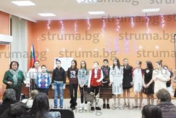 """Ученици от разложкото ОУ """"Н. Парапунов"""" влязоха в ролите на чавдарчета и пионерчета, дефилираха с абитуриентските рокли на своите майки"""
