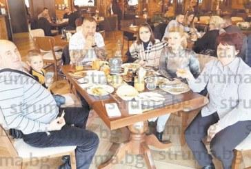 Известна симитличанка събра близките си на ресторант в Македония за 51-г. рожден ден